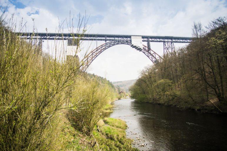 Die Müngstener Brücke, Deutschlands höchste Eisenbahnbrücke, verbindet Solingen und Remscheid
