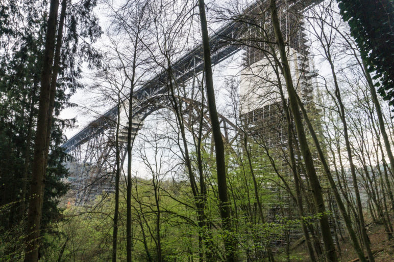 Die Müngstener Brücke durch den Wald gesehen