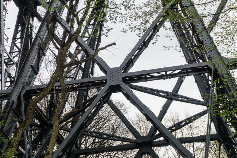 Die Brückenkonstruktion aus der Nähe. Wo ist der goldene Niet?