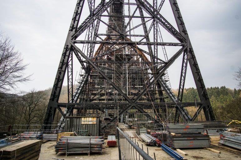 Die verwirrende Mischung aus Brückenpfeiler und Baustellengerüst