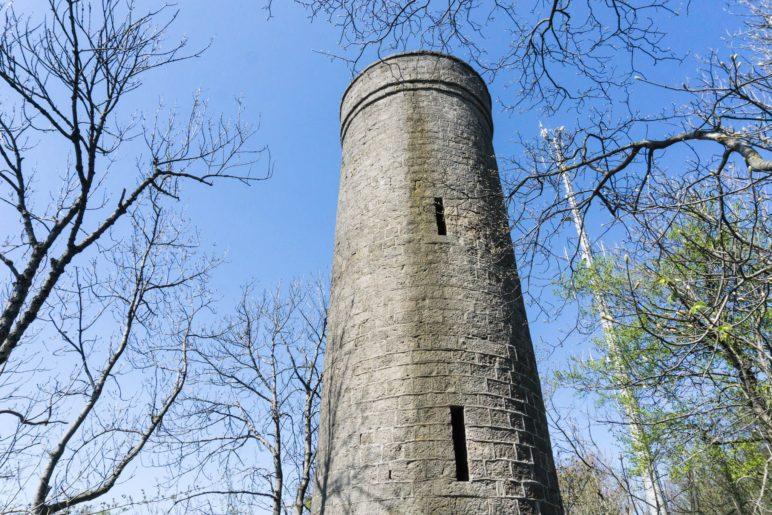 Am Ith-Turm. AUs dieser Perspektive sieht er höher aus als 14 Meter