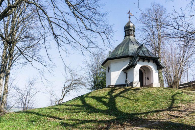 Die Kriegerkapelle oberhalb von Bergen
