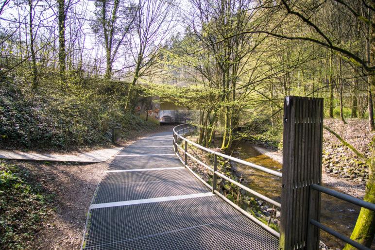 Der Weg vom Parkplatz zum Brückenpark