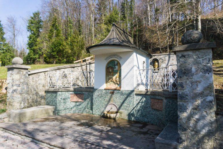 Das Brunnenhaus der St.-Primus-Quelle mit Zapfhahn