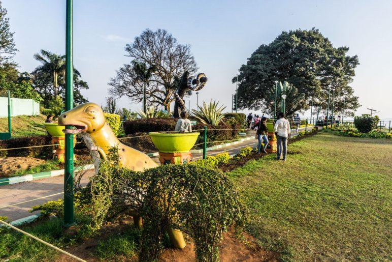 Ein Dino mitten im Park. Rajaseat Park, Coorg / Madikeri