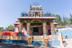 Dirket neben dem Park steht der farbenfrohe Kundur Motte Sri Chowtti Mariamma Tempel