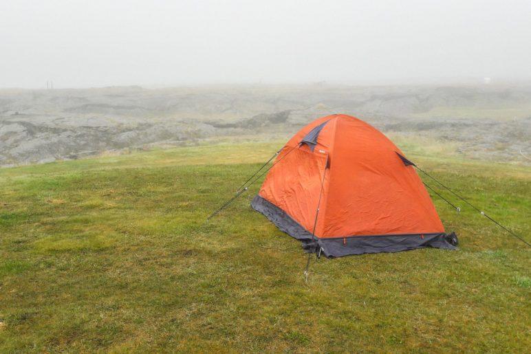 Ein einsames Zelt im Nebelwetter am Mývatn