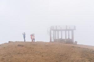 Im Nebel bietet die kleine Aussichtsplattform auch keinen weiteren Blick