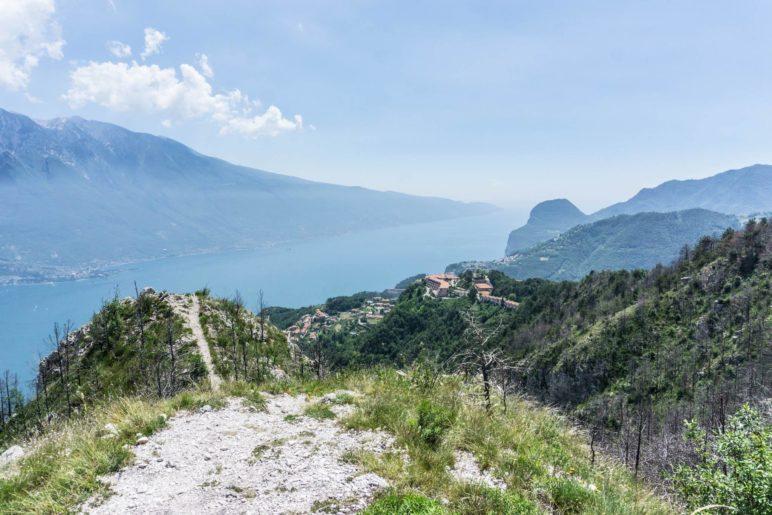 Im Süden liegt der Monte Cas, auch das Hotel Le Balze ist zu sehen