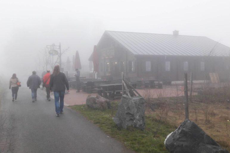 Die nebelverhangene Graf-Stolberg-Hütte. Aussicht hatten wir hier nicht