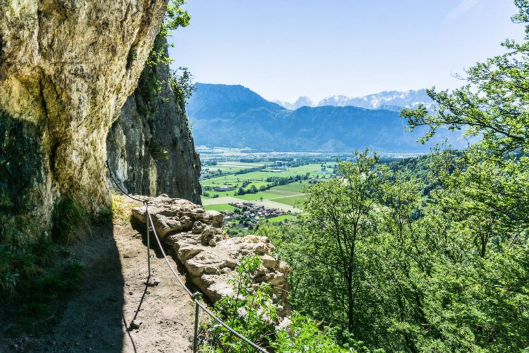 Vom Rand der Höhle aus sieht man das Kaisergebirge besonders gut