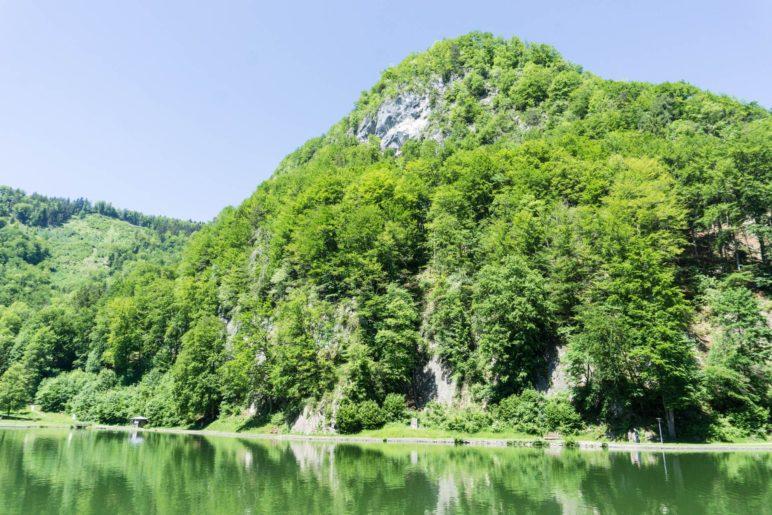 Blick vom Südufer über den Luegsteinsee zur Luegsteinwand. Irgendwo oben ist das Grafenloch