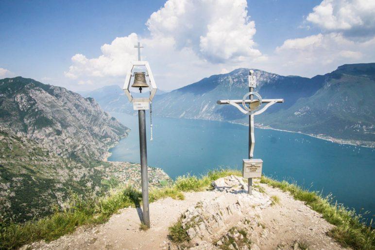 Auf dem Gipfel des Monte Bestone steht neben dem Gipfelkreuz auch eine Glocke
