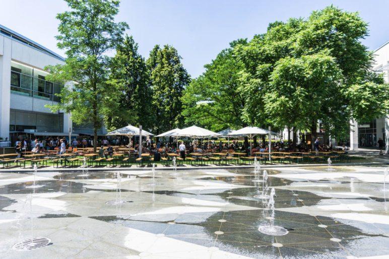 Auch ein Vorteil einer Messe im Sommer: Ein Biergarten unter Bäumen