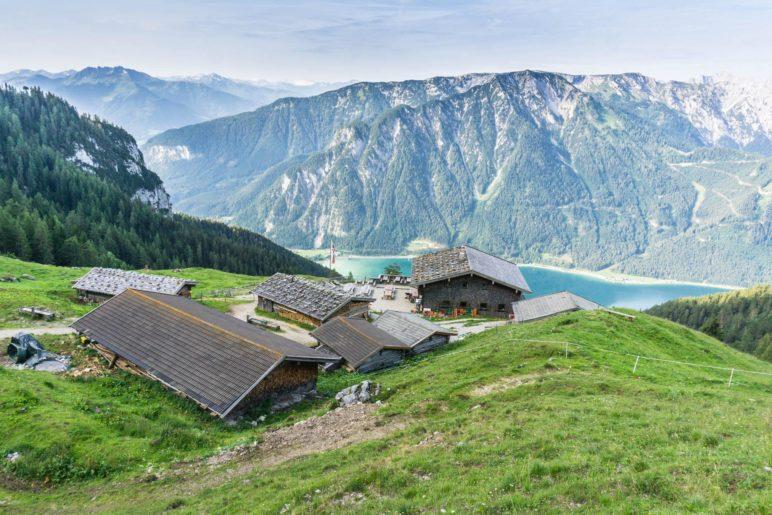Die Dalfazalm im Rofan liegt gut 750 Meter oberhalb des Achensees
