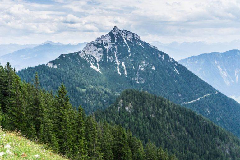 Fast immer im Blick: Das 1957 Meter hohe Ebner Joch