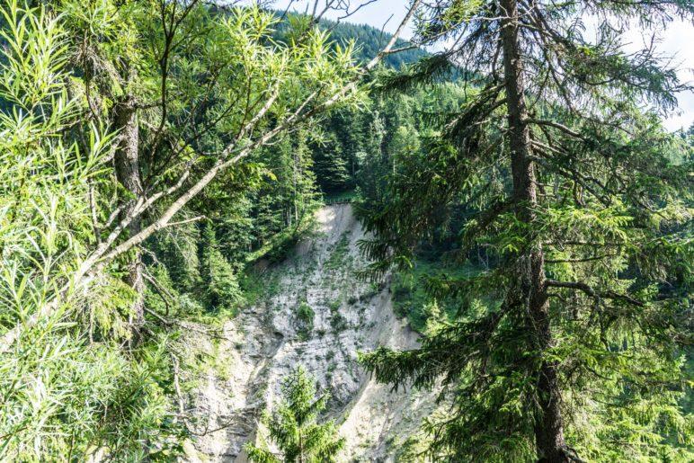 Der Bergabbruch auf der anderen Hanseite. Darüber ist die Brücke erkennbar