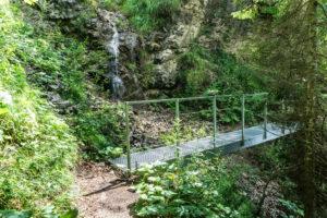 Die Brücke am ersten kleinen Wasserfall