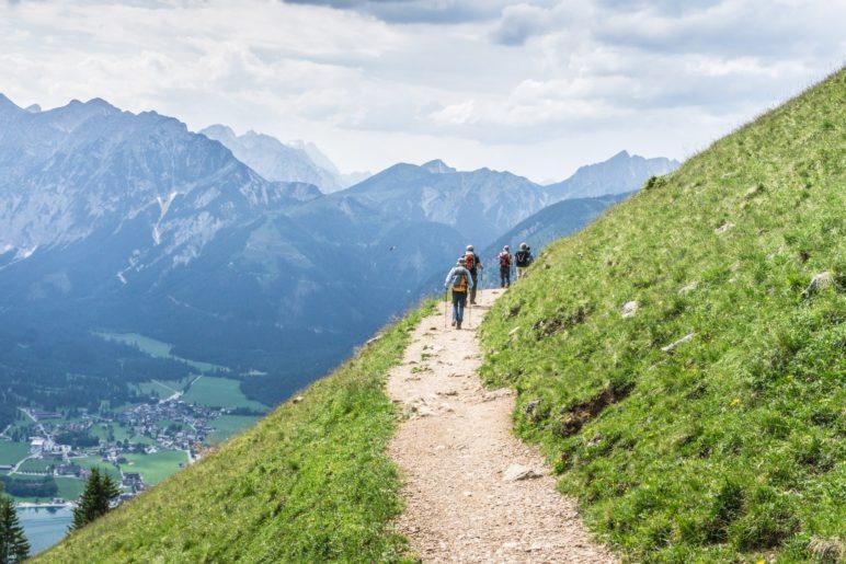 Hoch oberhalb des Achensees führt der Weg zur Dalfazalm