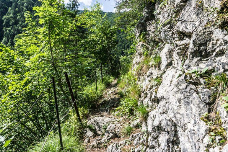 Ein felsiges Stück Steig im Abstieg zur Grundache