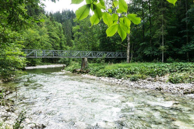Die Brücke über die Grundache, noch zwanzig Minuten bis zum Ziel