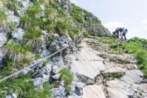 Die Seilversicherung im Abstieg von der Hochiss, hinauf zum Gamshals