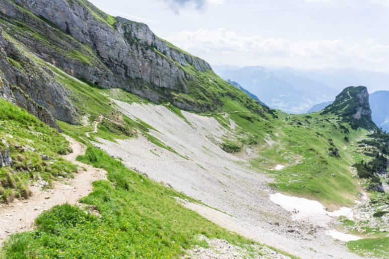 Links führt der Weg durch die lange Gasse in Richtung Gschöllkopf und Erfurter Hütte