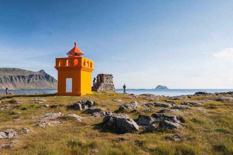 Der kleine, orange Hafranes-Leuchtturm bei Fáskrúðsfjörður