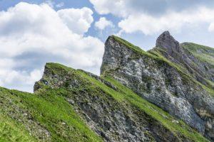 Zackenwand mit der für das Rofan typischen Mischung aus Fels und Wiesen