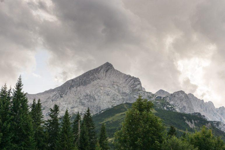 Dunkel drohende Gewitterwolken über der Alpspitze