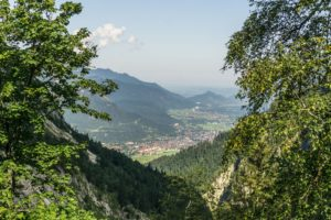 Ein Blick weit ins Tal in Richtung Garmisch