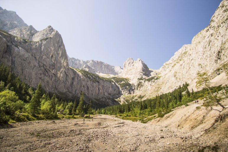 Der Höllentalanger, mit Blick auf die Zugspitze und den Höllentalferner