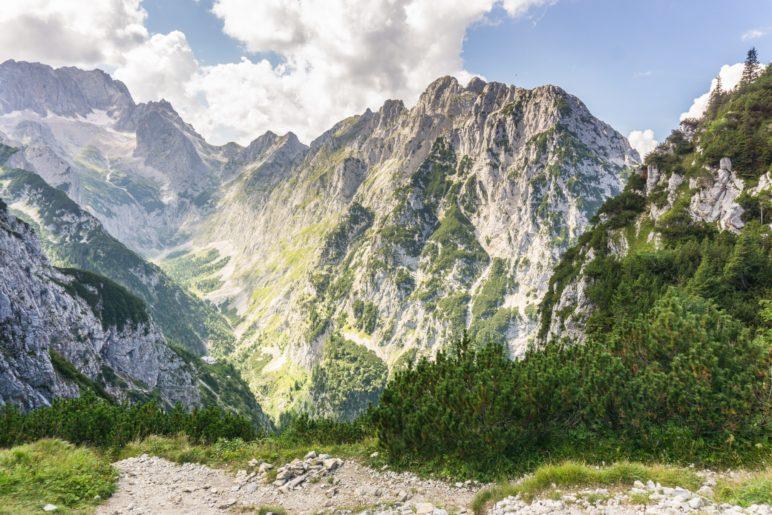 Eine gewaltige Bergkulisse: Der Blick zurück vom Hupfleitenjoch ins Höllental