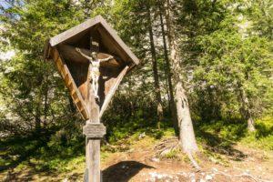 Ein Kruzifix gegenüber der Höllentalangerhütte