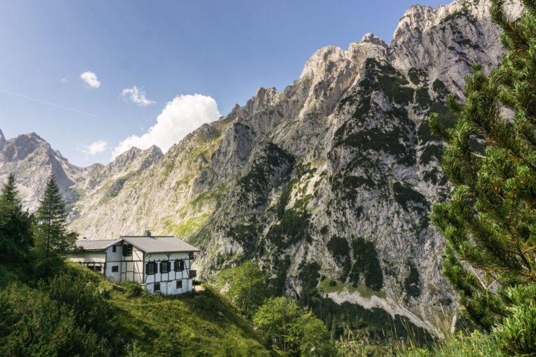 Ein Blick zurück zu den Knappenhäusern und den dahinter liegenden Bergen