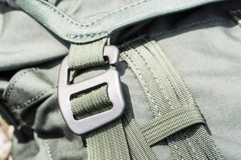 Statt Steckschnallen besitzt der Gneik Aluminiumhaken