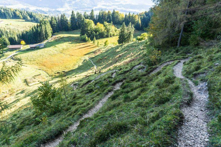 An zwei Stellen führen enge Serpentinen steil bergab. Hier kurz vor der Moosenhütte