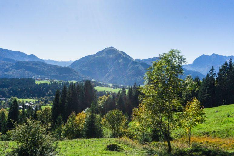 Der Blick nach Kössen, zum Unterberghorn und zum Kaisergebirge