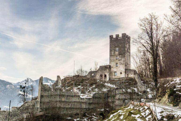 Die Burgruine Falkenstein oberhalb von Flintsbach
