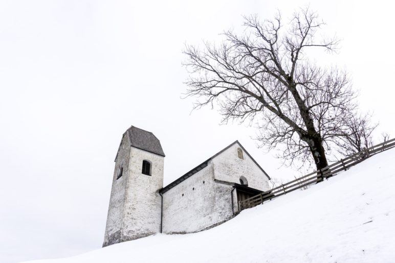 Die Wallfahrtskirche St. Peter auf dem Petersberg