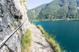 Ein schmaler Wegabschnitt oberhalb des Achensees