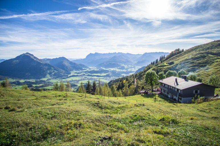 Der Blick nach Kössen und zum Kaisergebirge von oberhalb der Taubenseehütte, die rechts im Bild zu sehen ist