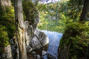 Ein Blick zwischen Felsen hindurch auf den Taubensee