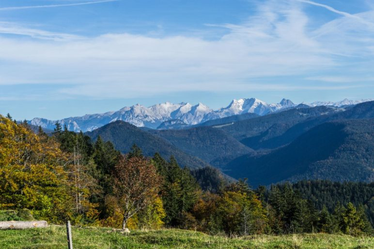 Der Blick vom Hügel oberhalb der Taubenseehütte in Richtung Berchtesgadener Alpen