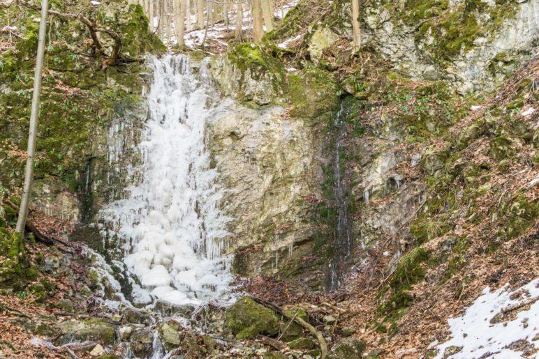 Ein vereister Wasserfall neben dem Aufstiegsweg