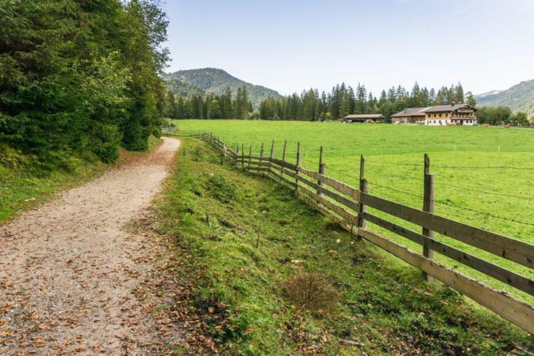 Vor Achenkirch führt der Weg vom Ufer weg nach Norden
