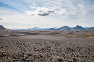 Nur die Ringstraße zieht sich durch die wüste Landschaft