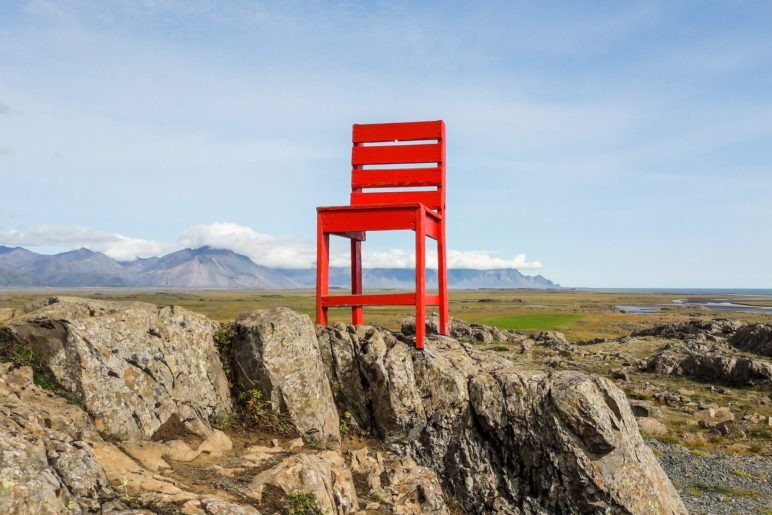 Der rote Stuhl, auch er steht mitten in der Landschaft neben der Ringstraße
