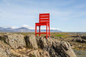 Ein Fels, darauf ein roter Stuhl. Warum? Warum nicht?