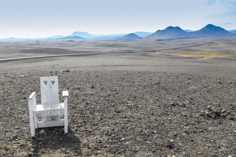 Ein weißer Stuhl inmitten einer Mondlandschaft